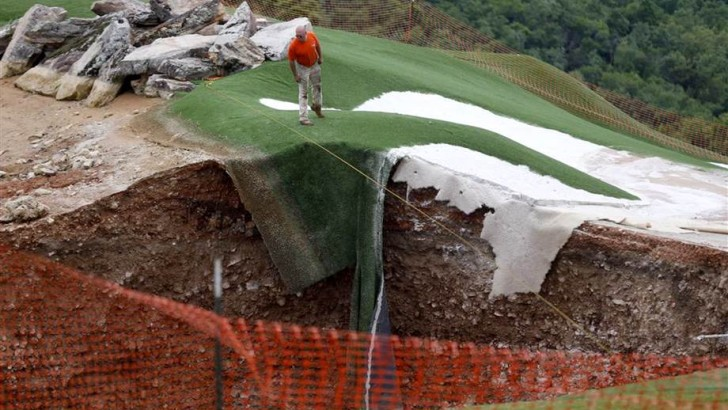 Massive Sinkhole Appears On Missouri Golf Course (PHOTO)